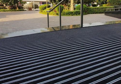 Entrance by Matting - aluminiumprofilmatta ALU WIDE, effektiva skrap och torkmattor med tät profil.